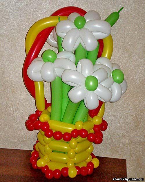 Корзина с ромашками из воздушных шаров