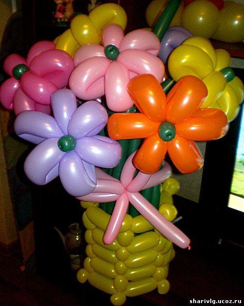 Корзина с разноцветными цветами из воздушных шаров