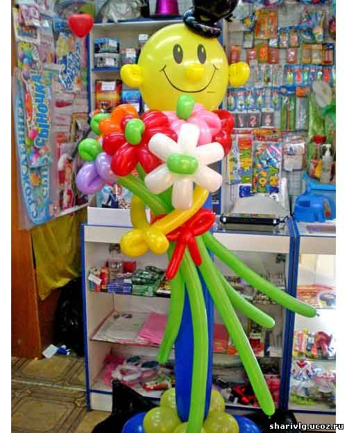 Мужчина с цветами из воздушных шаров