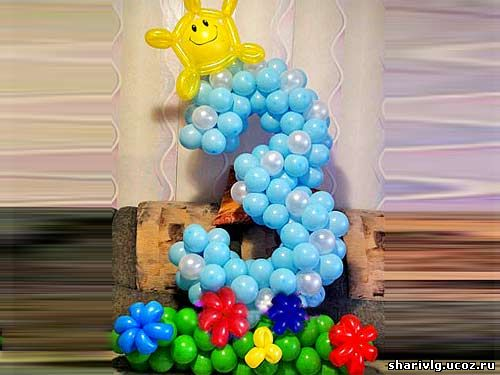 Цифры из воздушных шаров на цветочной полянке