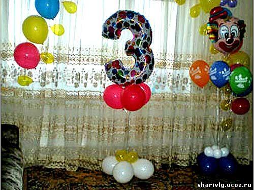 Цифры из фольгированных шаров парящие в воздухе